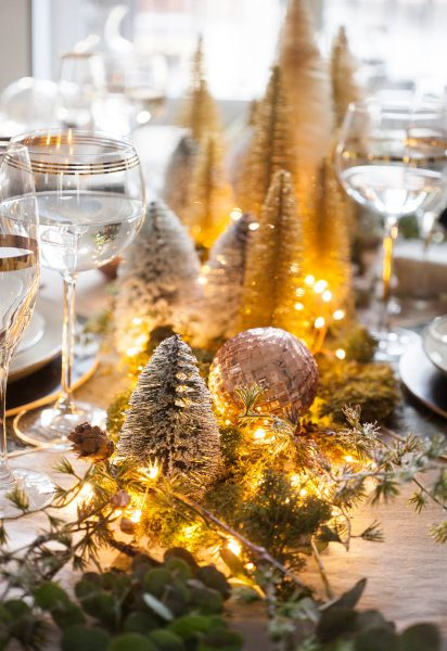 00471004 o 62aaad0f 1374x2000 412x600 - Tips para decorar la mesa en Navidad