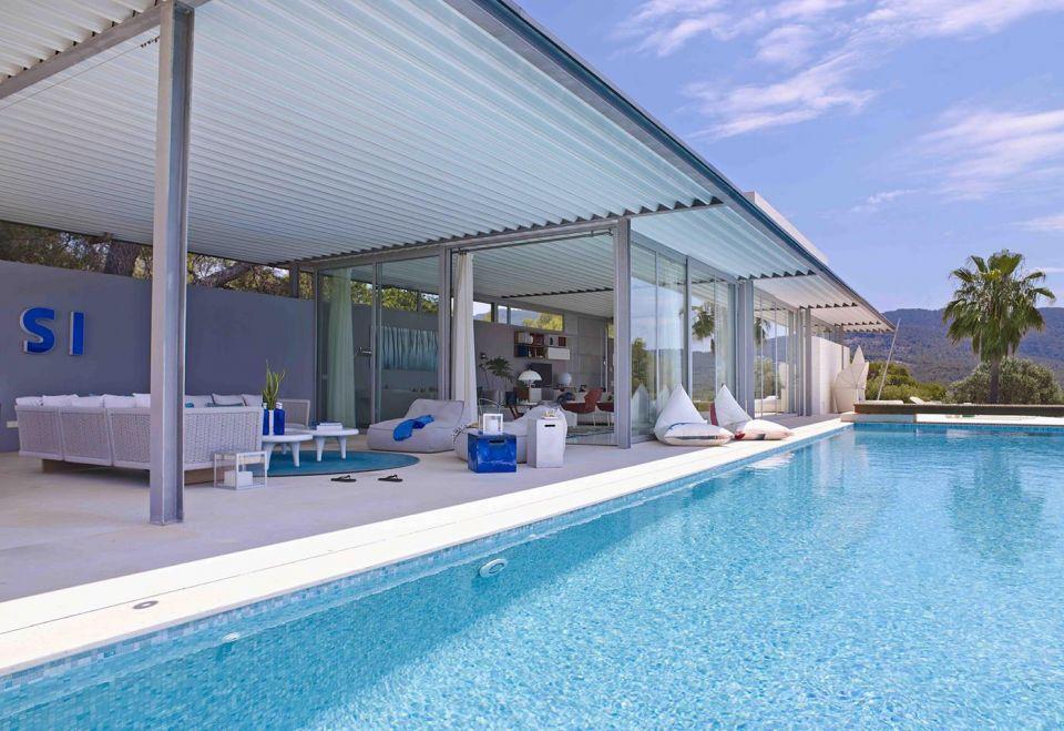 1 18 - Casa de blanco y azul en Cala Carbó, Ibiza: serena belleza abierta al Mediterráneo
