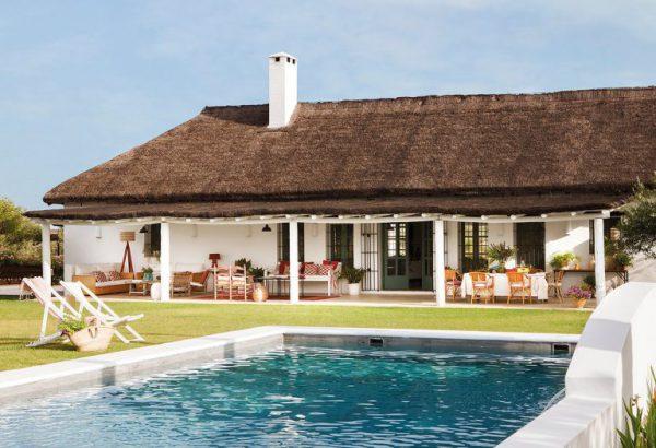 1 5 768x525 1 600x410 - Toque de encanto y color en Carmona (Sevilla): una casa entre olivos