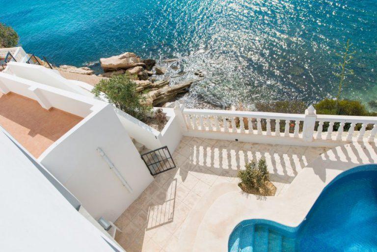 Imagina vivir en esta casa con acceso directo a una cala paradisíaca de la Costa Blanca