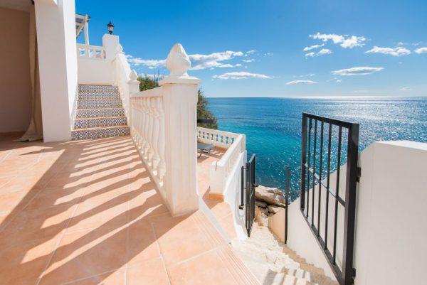 10 16 1 600x401 - Imagina vivir en esta casa con acceso directo a una cala paradisíaca de la Costa Blanca