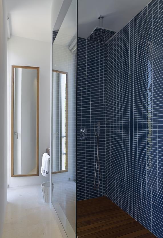 10 19 - Casa de blanco y azul en Cala Carbó, Ibiza: serena belleza abierta al Mediterráneo
