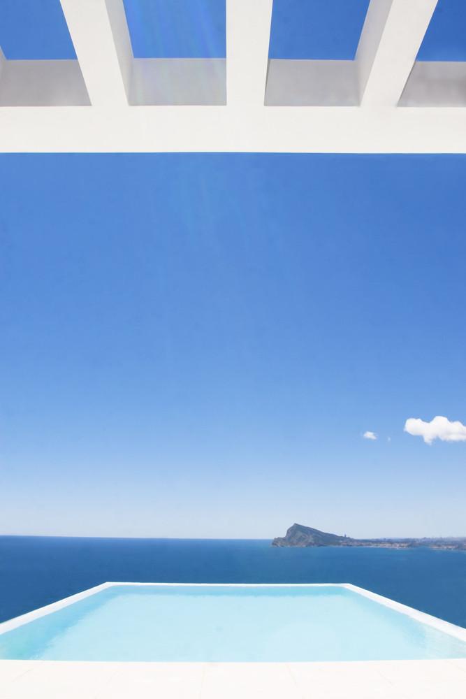 """11 14 - """"La perla del Mediterráneo"""": Diseño blanco sobre el mar en Morro de Toix, Altea (Costa Blanca)"""