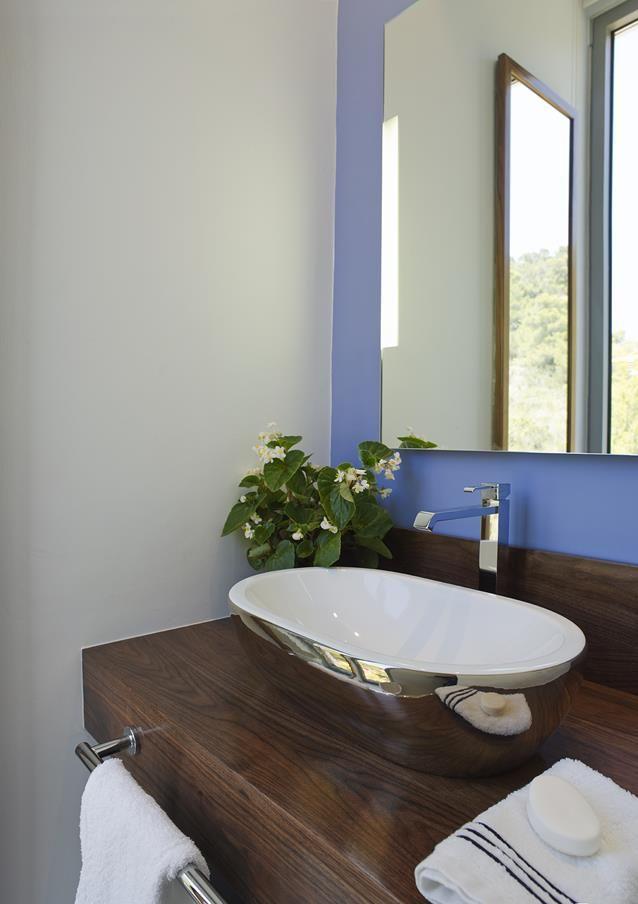 11 19 - Casa de blanco y azul en Cala Carbó, Ibiza: serena belleza abierta al Mediterráneo