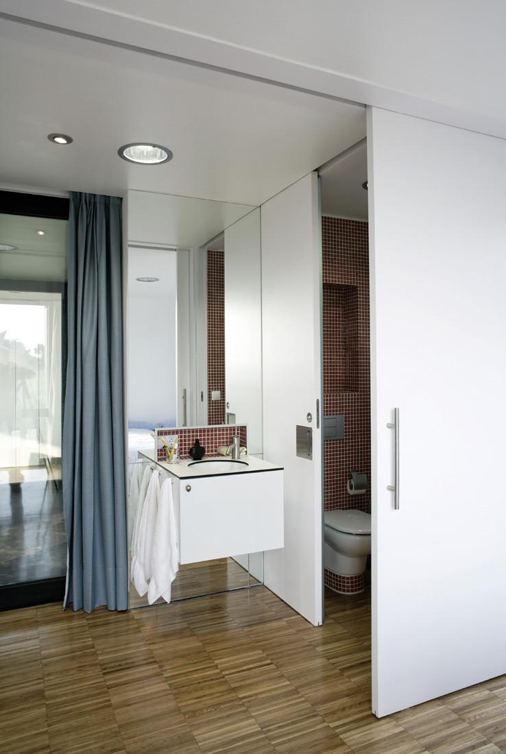"""11 baño1 - Casa Os: """"Techo verde"""" en el Cantábrico en busca de olas, viento y mar (Loredo, Cantabria)"""