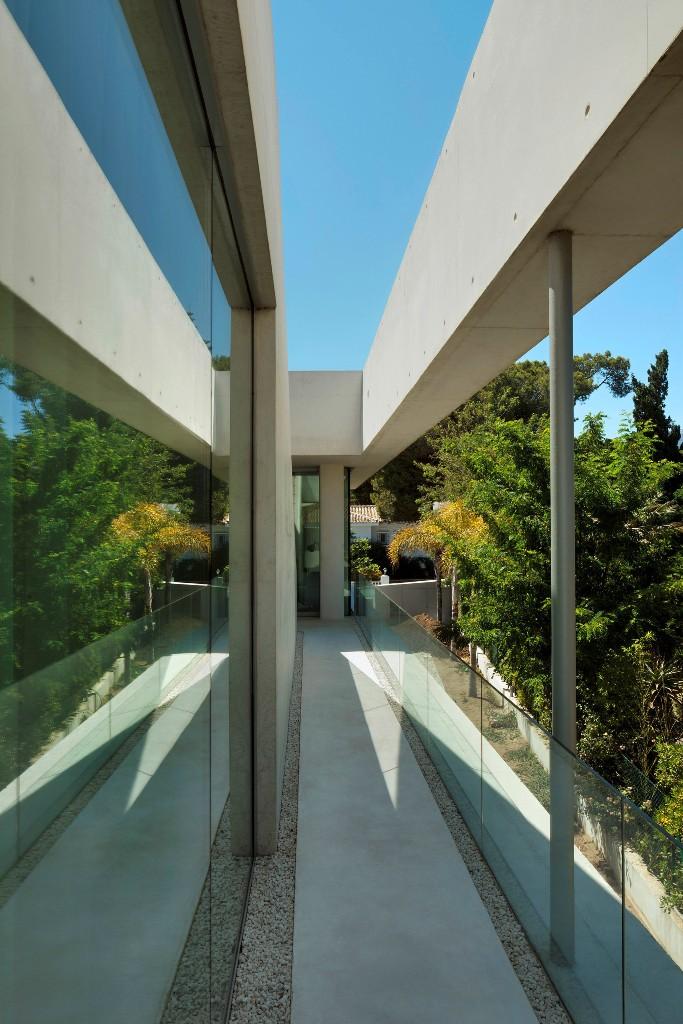 1113 - Genial casa en Marbella y una espectacular piscina transparente en el techo para disfrutar