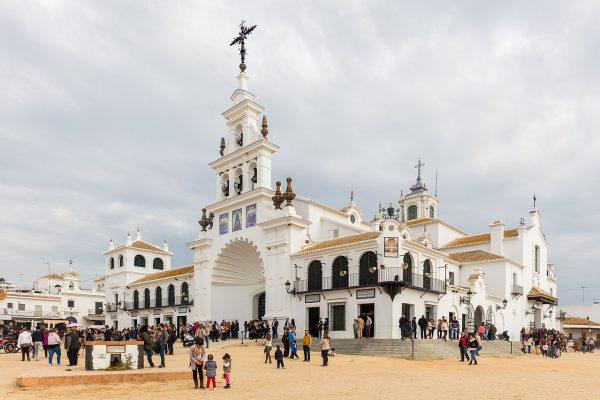 1280px Ermita del Rocío El Rocío Huelva España 2015 12 07 DD 10 600x400 - Las mejores fiestas para visitar Andalucía este Mayo 2018