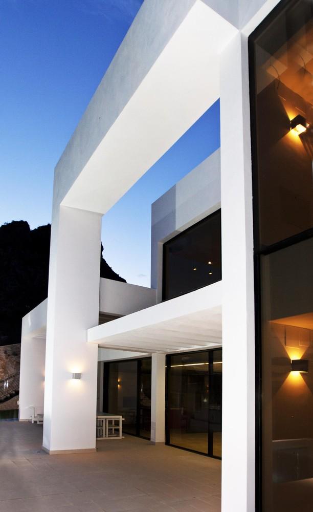 """14 10 - """"La perla del Mediterráneo"""": Diseño blanco sobre el mar en Morro de Toix, Altea (Costa Blanca)"""
