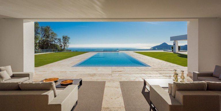 Arte, diseño y unas impresionantes vistas unidos en esta villa en Benahavís (Málaga)
