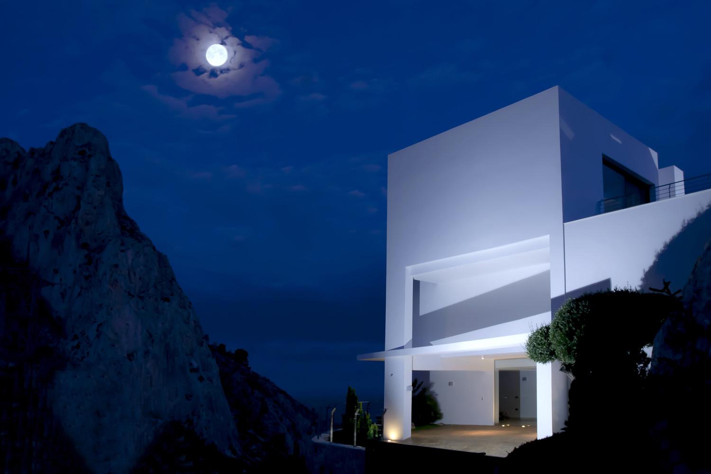"""15 7 - """"La perla del Mediterráneo"""": Diseño blanco sobre el mar en Morro de Toix, Altea (Costa Blanca)"""