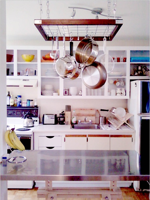 Idea para decorar tu cocina las cacerolas boca abajo - Decorar tu cocina ...