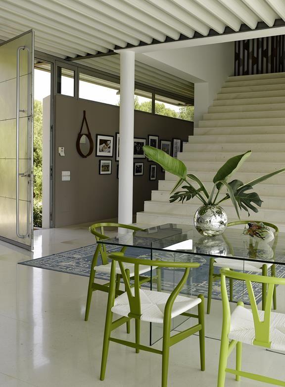 17 8 - Casa de blanco y azul en Cala Carbó, Ibiza: serena belleza abierta al Mediterráneo