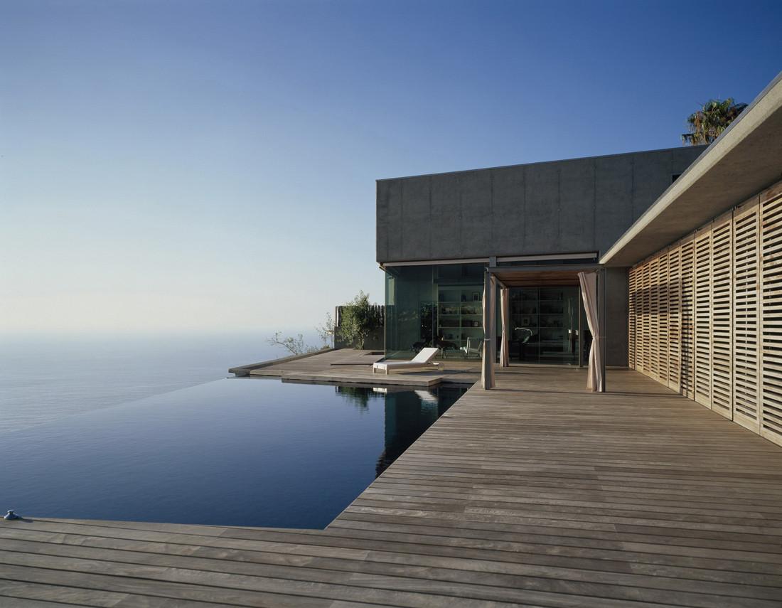 Espectacular casa sobre el mar en un acantilado en for Casas jardin del mar