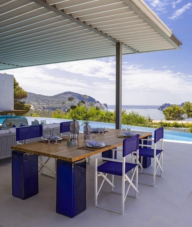 18 8 - Casa de blanco y azul en Cala Carbó, Ibiza: serena belleza abierta al Mediterráneo