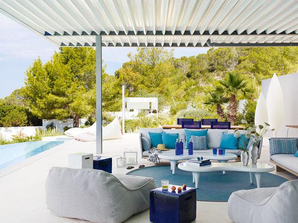 2 21 - Casa de blanco y azul en Cala Carbó, Ibiza: serena belleza abierta al Mediterráneo