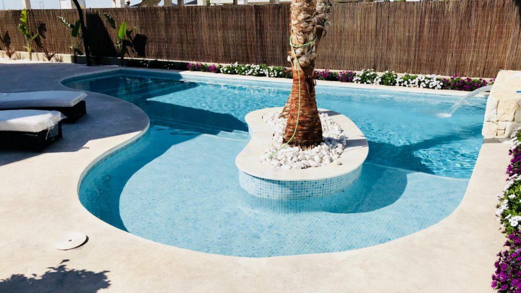 28013442 2764628 foto 059140 1024x576 - Sol, diseño y una piscina laguna en esta villa en La Tercia (Murcia)