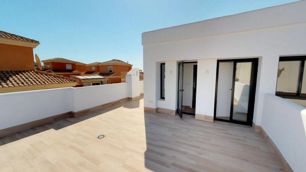 28013442 2764628 foto 110174 1024x576 - Sol, diseño y una piscina laguna en esta villa en La Tercia (Murcia)