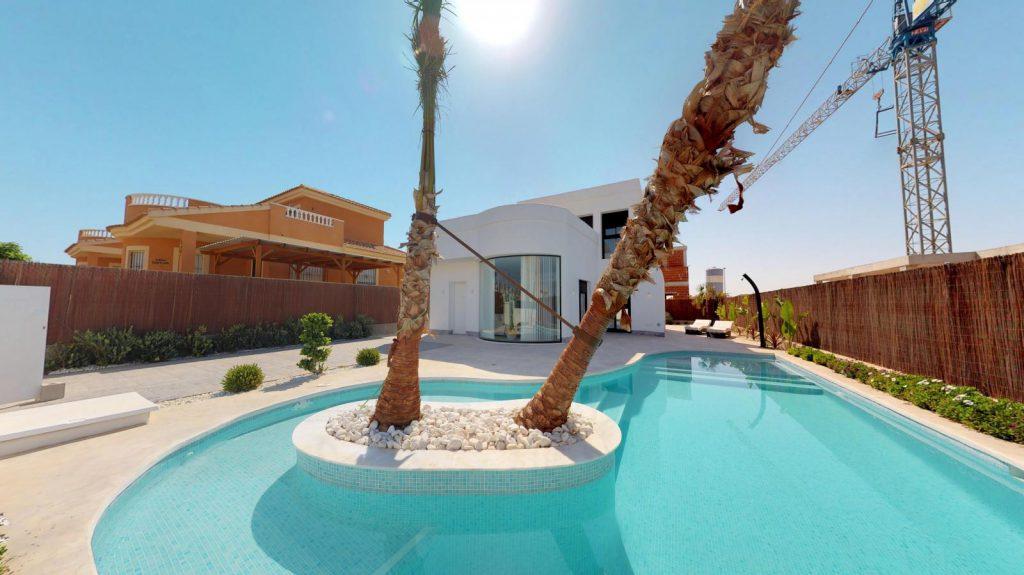 28013442 2764628 foto 297341 1024x575 - Sol, diseño y una piscina laguna en esta villa en La Tercia (Murcia)