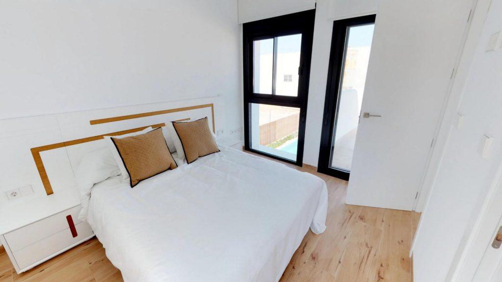 28013442 2764628 foto 483691 1024x576 - Sol, diseño y una piscina laguna en esta villa en La Tercia (Murcia)