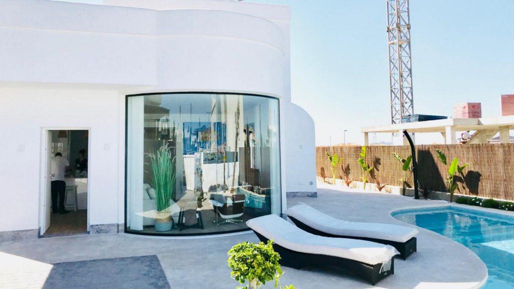 28013442 2764628 foto 901049 1024x576 - Sol, diseño y una piscina laguna en esta villa en La Tercia (Murcia)