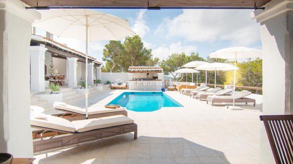 28039014 2091009 foto 045693 600x337 - ¡Disfruta en esta espectacular villa de unas merecidas vacaciones en Ibiza!
