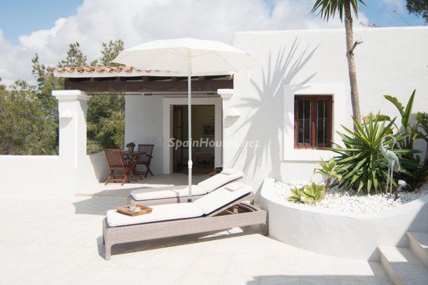 28039014 2091009 foto 065380 600x400 - ¡Disfruta en esta espectacular villa de unas merecidas vacaciones en Ibiza!