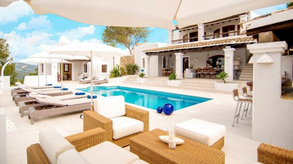 28039014 2091009 foto 148477 600x337 - ¡Disfruta en esta espectacular villa de unas merecidas vacaciones en Ibiza!