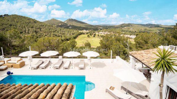 28039014 2091009 foto 298676 600x337 - ¡Disfruta en esta espectacular villa de unas merecidas vacaciones en Ibiza!