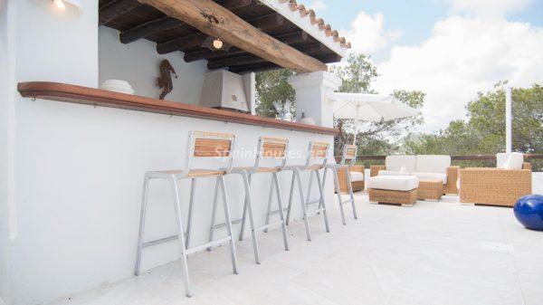 28039014 2091009 foto 524036 600x337 - ¡Disfruta en esta espectacular villa de unas merecidas vacaciones en Ibiza!