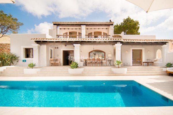 28039014 2091009 foto 901187 600x400 - ¡Disfruta en esta espectacular villa de unas merecidas vacaciones en Ibiza!