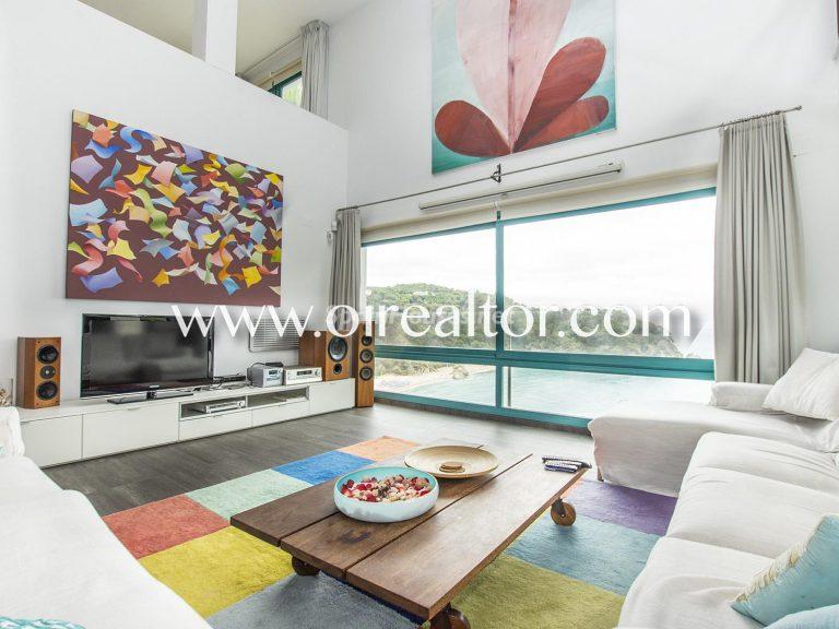 La Costa Brava se llena de color y dinamismo gracias a esta espectacular casa de diseño