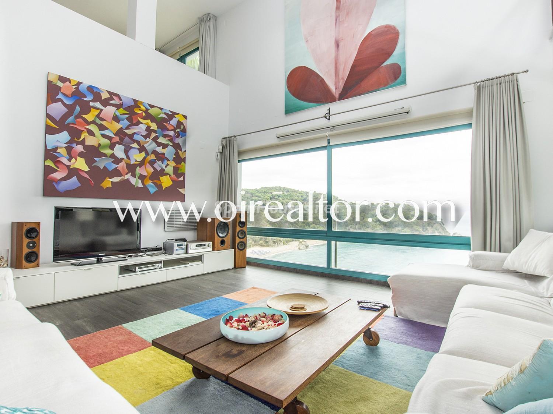 31005553 2112839 foto 615415 - La Costa Brava se llena de color y dinamismo gracias a esta espectacular casa de diseño