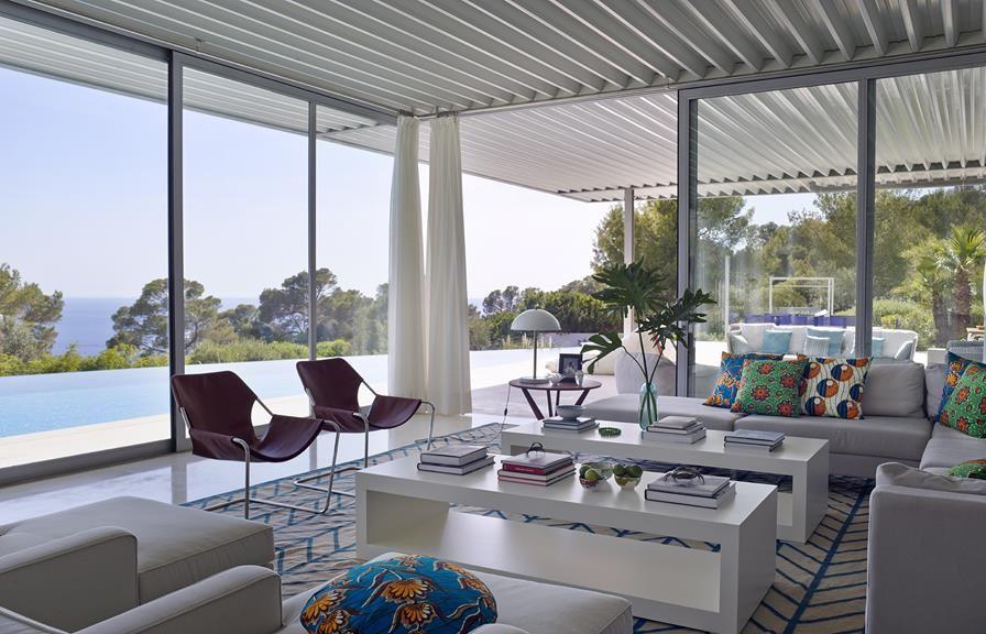 4 21 - Casa de blanco y azul en Cala Carbó, Ibiza: serena belleza abierta al Mediterráneo