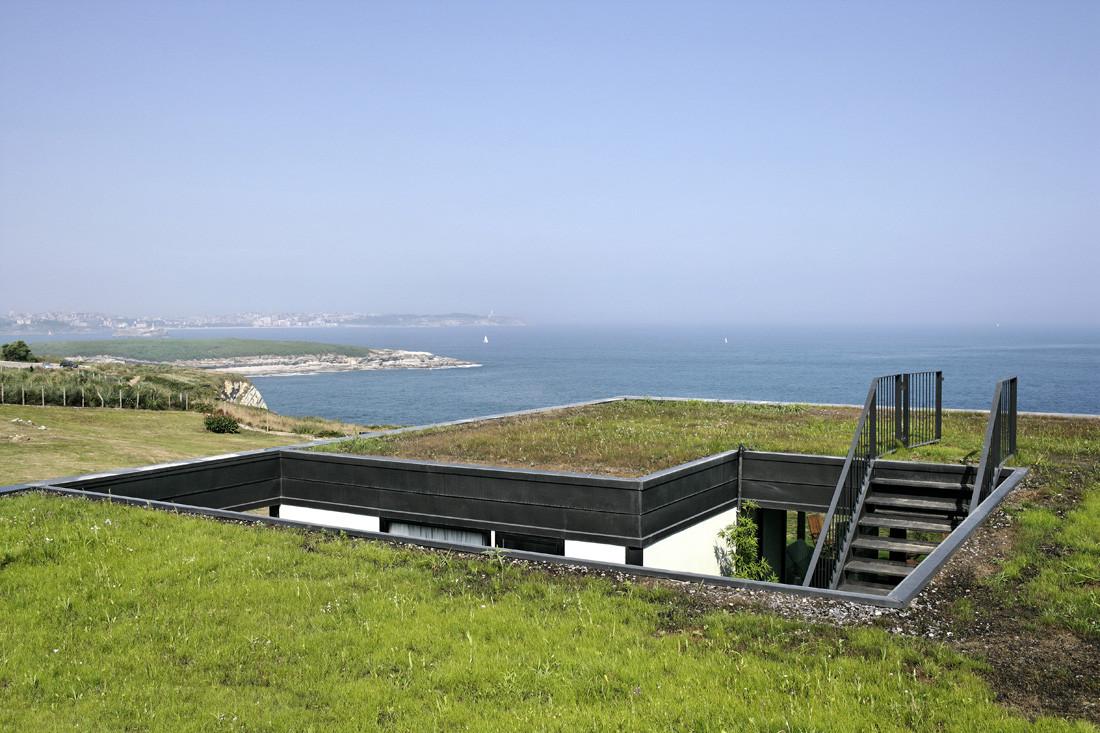"""4 casa - Casa Os: """"Techo verde"""" en el Cantábrico en busca de olas, viento y mar (Loredo, Cantabria)"""