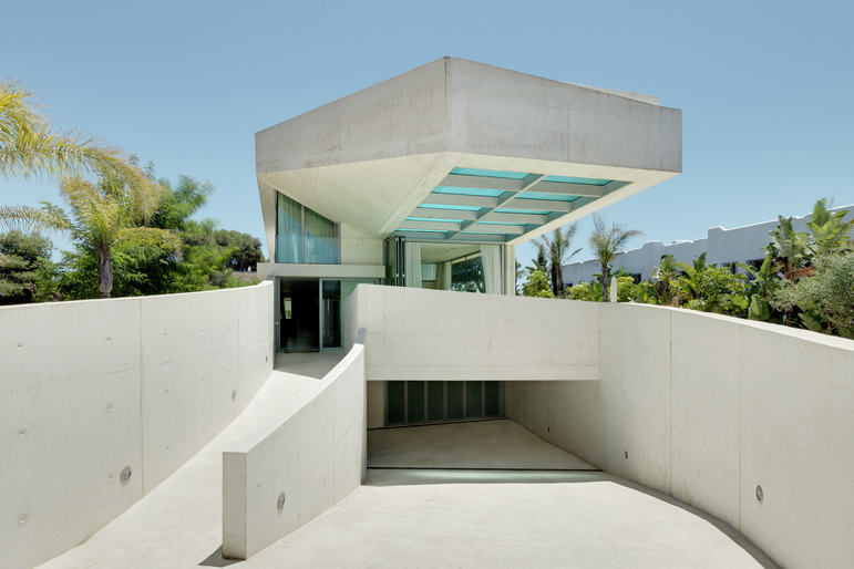 412 - Genial casa en Marbella y una espectacular piscina transparente en el techo para disfrutar