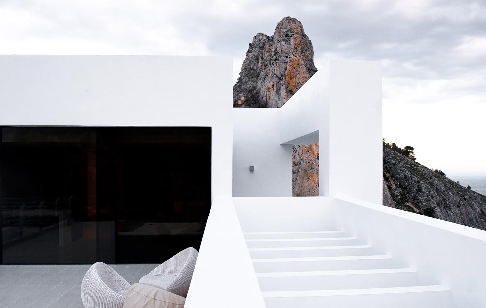 """5 16 - """"La perla del Mediterráneo"""": Diseño blanco sobre el mar en Morro de Toix, Altea (Costa Blanca)"""