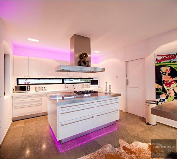 52724 1749334 foto 000579 600x538 - El arquitecto Miguel Tobal reinventó el diseño y la vanguardia con esta villa en Marbella