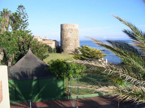 5304138 2215604 foto 050215 600x450 - Vistas panorámicas en una villa construida al lado de una torre histórica.