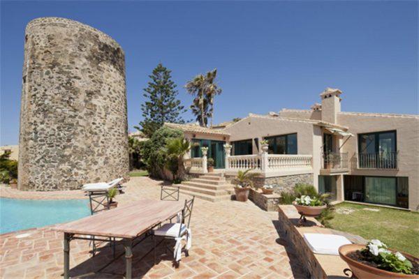 5304138 2215604 foto 100266 600x400 - Vistas panorámicas en una villa construida al lado de una torre histórica.