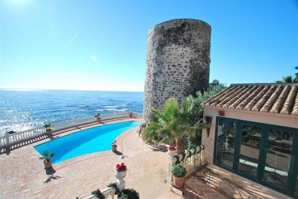 5304138 2215604 foto 237102 600x402 - Vistas panorámicas en una villa construida al lado de una torre histórica.