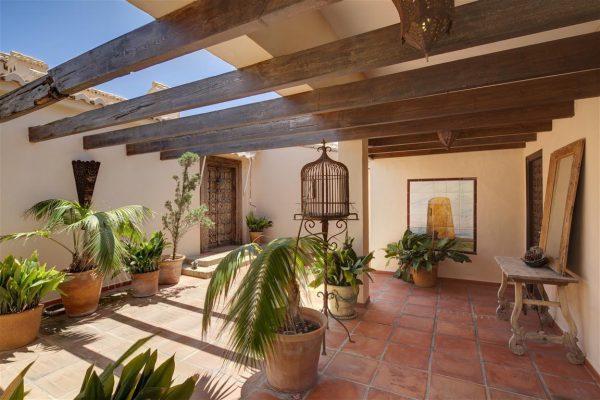 5304138 2215604 foto 278124 600x400 - Vistas panorámicas en una villa construida al lado de una torre histórica.