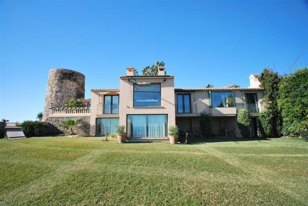 5304138 2215604 foto 614769 600x402 - Vistas panorámicas en una villa construida al lado de una torre histórica.