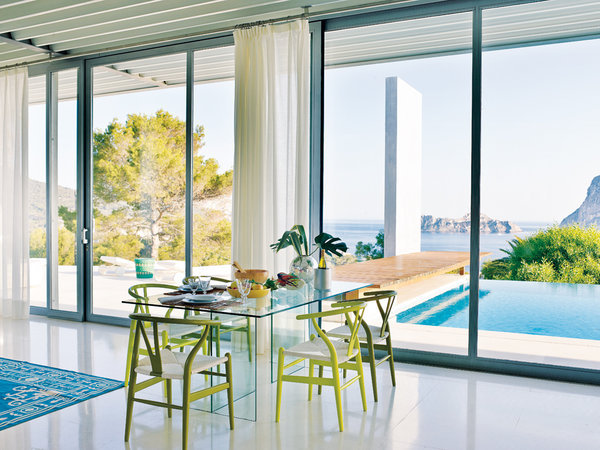 6 21 - Casa de blanco y azul en Cala Carbó, Ibiza: serena belleza abierta al Mediterráneo