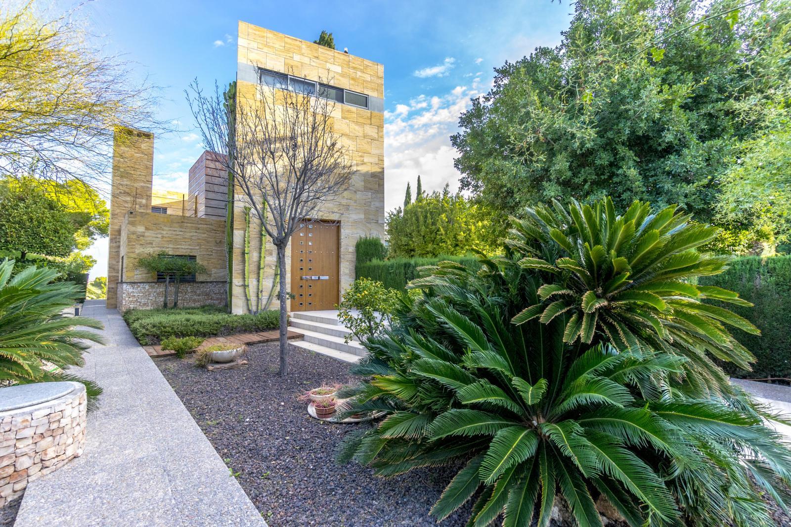 64977240 3223954 foto127967748 - Lujo, diseño y funcionalidad en esta villa en Campoamor (Alicante)