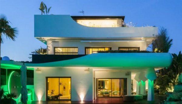 65057482 2015785 foto 243440 600x344 - Lujo y futurismo unidos en un impresionante chalet en Barcelona