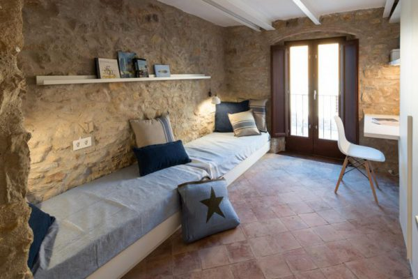 65057482 2048710 foto 052278 768x512 600x400 - La fusión perfecta de estilo rústico y moderno en esta casa en Girona, Cataluña