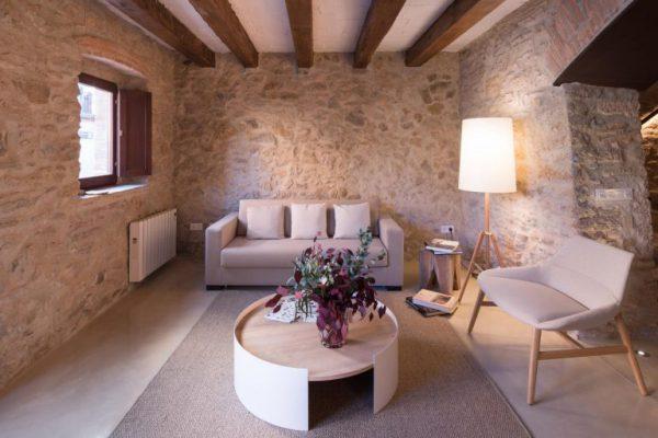 65057482 2048710 foto 241423 768x512 600x400 - La fusión perfecta de estilo rústico y moderno en esta casa en Girona, Cataluña
