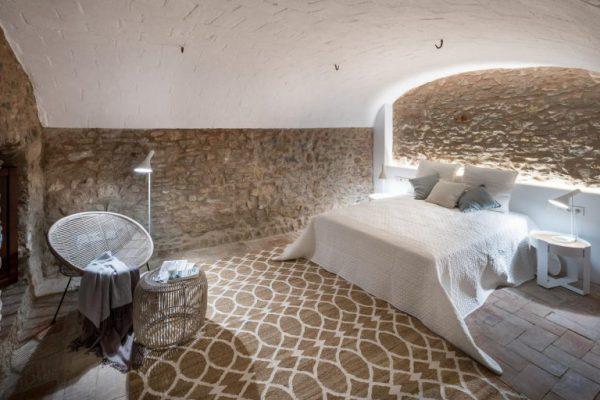 65057482 2048710 foto 384971 768x512 600x400 - La fusión perfecta de estilo rústico y moderno en esta casa en Girona, Cataluña