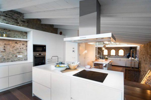 65057482 2048710 foto 553553 768x512 600x400 - La fusión perfecta de estilo rústico y moderno en esta casa en Girona, Cataluña