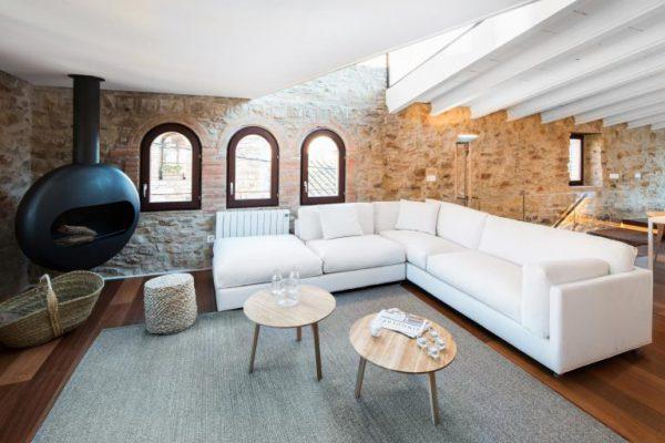 65057482 2048710 foto 691569 768x512 600x400 - La fusión perfecta de estilo rústico y moderno en esta casa en Girona, Cataluña